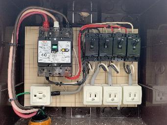ウッドデッキ横に備え付けのAC電源の写真